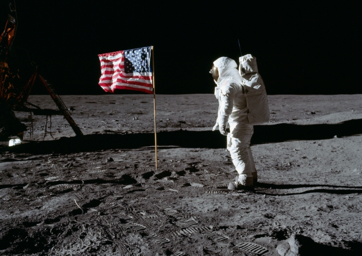 Buzz_Aldrin_and_the_U_S__flag_on_the_Moon_-_GPN-2001-000012